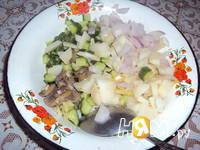 Приготовление салата из жареных грибов с огурцом: шаг 1