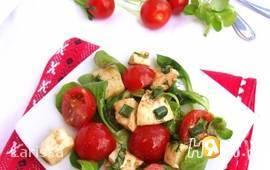 Салат из помидоров, моцареллы и базилика