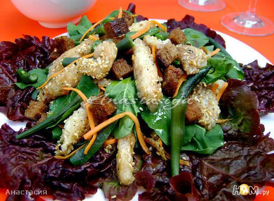 Салат со спаржевой фасолью и жареной рыбой
