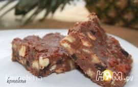 Шоколадное лакомство с орехами и сухофруктами
