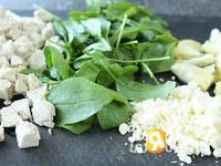 Приготовление салата из курицы и шпината: шаг 2
