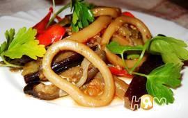 Кальмары тушеные с овощами