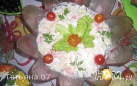 Салат с курицей, ананасами и помидорами