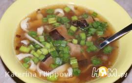 Зимний суп с шиитаке, запеченным чесноком и лапшой