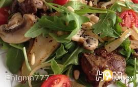 Теплый салат с куриной печенью, грибами и грушей