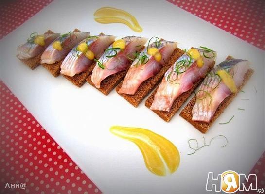 Рецепт Канапе с сельдью под горчично-медовым соусом