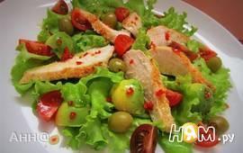Салат с курицей и авокадо под перечным соусом