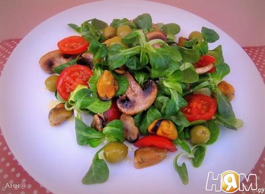 Салат с мидиями и грибами