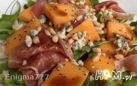 Салат с дыней, прошутто и сыром Рокфор