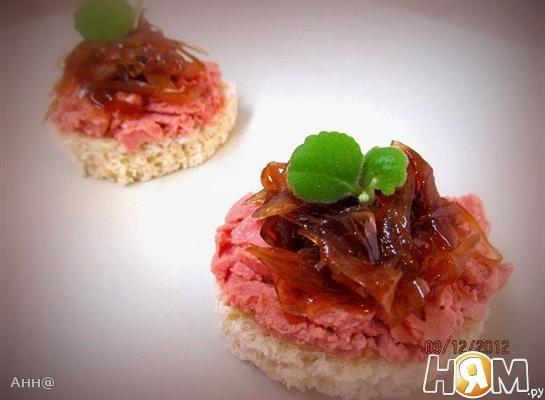 Рецепт Канапе с куриным паштетом и луковым конфитюром