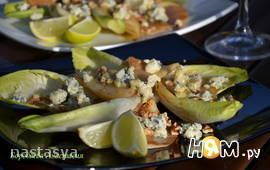 Салат с цикорием, грушей и горганзолой