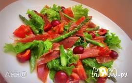 Салат с черешней и хамоном по испанским мотивам