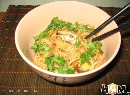 Рецепт Корейская лапша с беконом, мидиями и вешенками