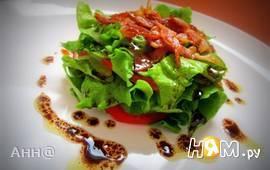 Салат из свежих овощей с хрустящим беконом