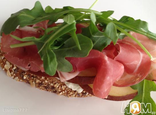 Сэндвич с прошутто и грушей
