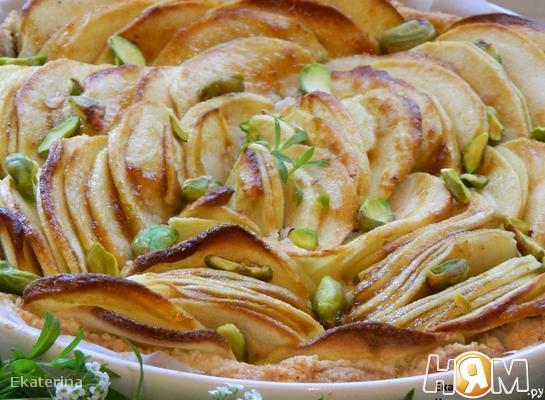 Яблочный пирог с фисташками и марципаном
