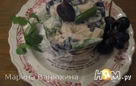 Салат с курицей, фасолью и виноградом