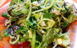 Зеленый салат с яйцом и луком-пореем