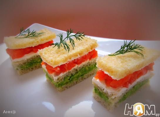 Мини-сендвич с авокадо и лососем