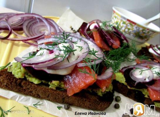 Рецепт Бутерброды с лососем, свёклой и авокадо