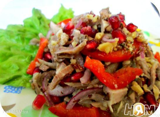Мясной салат с орехами и гранатом