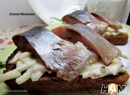 Рецепт Закуска из селедки с яблоками и сметаной