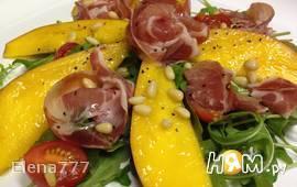 Салат с манго и прошутто