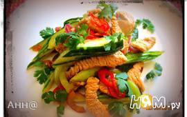 Острый, тёплый салат с индейкой