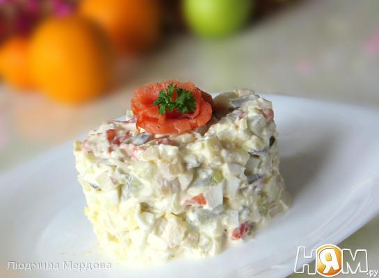 Салат с красной рыбой и яйцом
