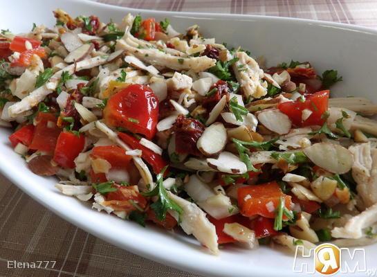 Салат куриный с обжаренным перцем и миндалем