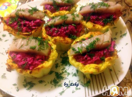 Картофельные тарталетки с селедкой в мини шубке