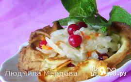 Салат с квашеной капустой в блинных тарталетках