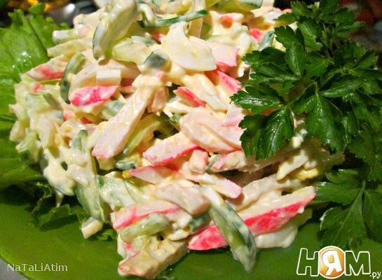 Салат с кальмарами, крабовыми палочками и яйцом
