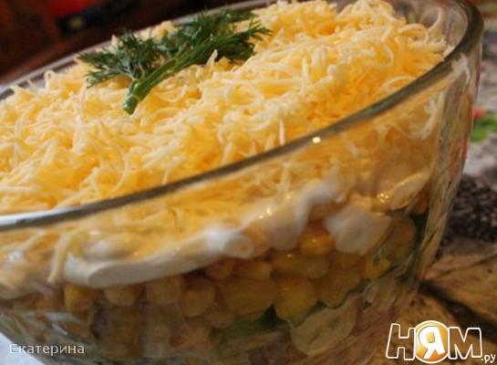 Салат с колбасой, морковью и кукурузой