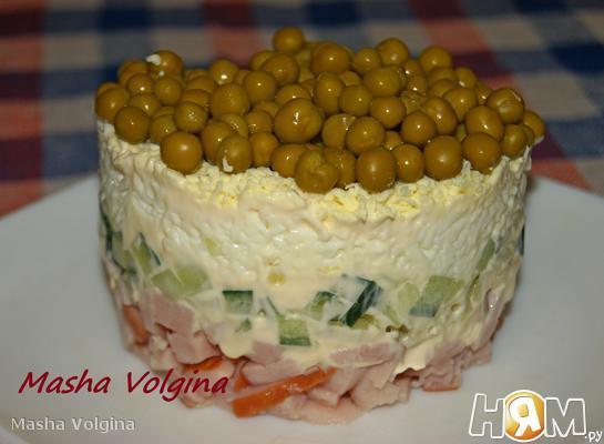 Салат с карбонатом и зеленым горошком