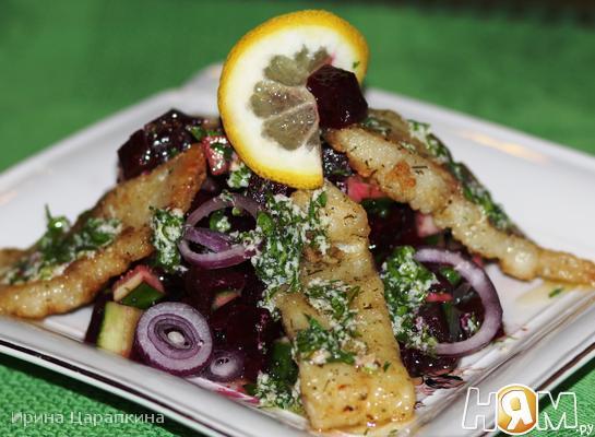Свекольно-рыбный салат с пикантной заправкой