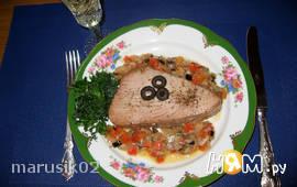 Тунец, запеченный с анчоусами и овощами