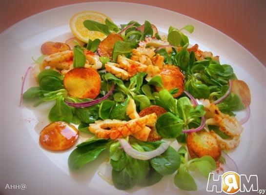 Салат с кальмарами под медово-лимонной заправкой