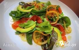Салат с авокадо, форелью и жареным лимоном