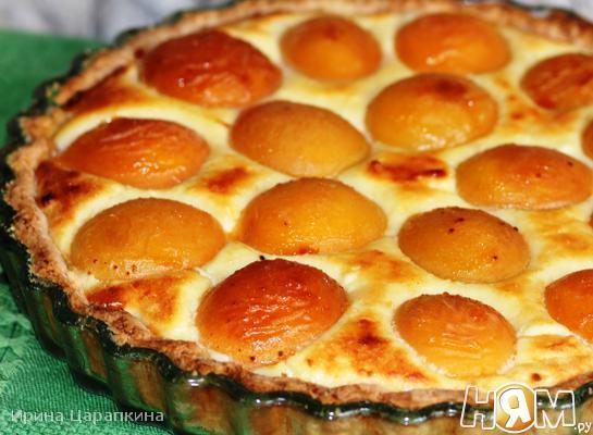 Сладкий киш с творожным суфле и абрикосами