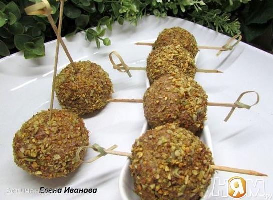 Печёночные шарики с жареным луком в фисташках