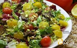 Зеленый салат с куриной печенкой и фисташками