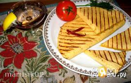 Кесадильи с кукурузой, фаршем и сыром.