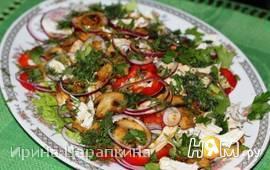 Овощной салат с курочкой и жареными шампиньонами