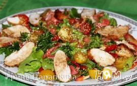 Салат с курицей, маринованным имбирем и кунжутом