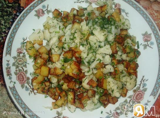 Теплый салат с цветной капустой и картофелем