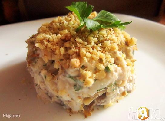Салат из кальмаров с орехами