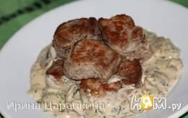 Свинина под соусом из голубого сыра и грибов