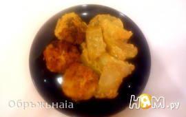 Тефтели в пикантном соусе, запеченые с картофелем