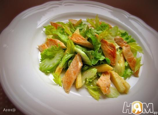 Салат с яблоком, сельдереем и куриной грудкой